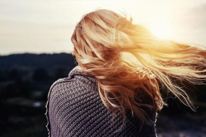 Der Sonne entgegen mit schönem Haar
